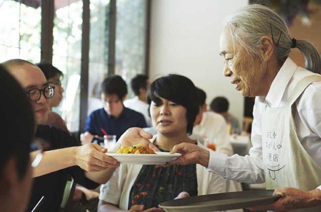 Bất ngờ về Nhà hàng của các món ăn bị phục vụ sai tại Nhật Bản: Khi ăn uống không còn quan trọng bằng việc lan tỏa thông điệp ý nghĩa này! - Ảnh 10.