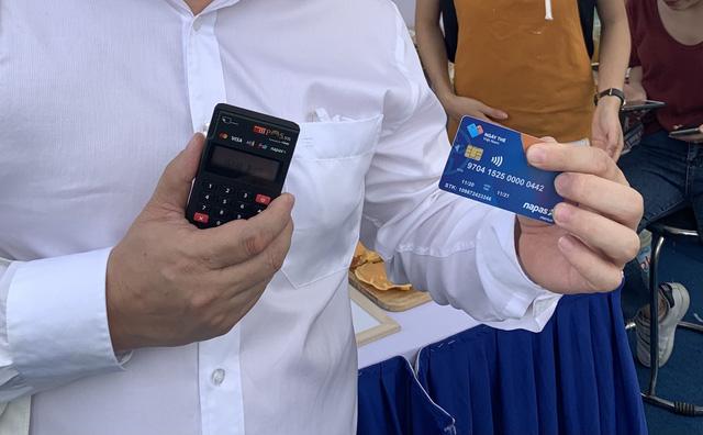 Nhu cầu mở tài khoản và thẻ ngân hàng tăng đột biến - Ảnh 1.