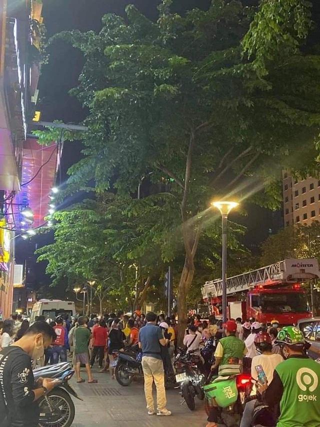 Giải cứu người phụ nữ rơi từ tầng 3 chung cư ở phố đi bộ Nguyễn Huệ - Ảnh 1.