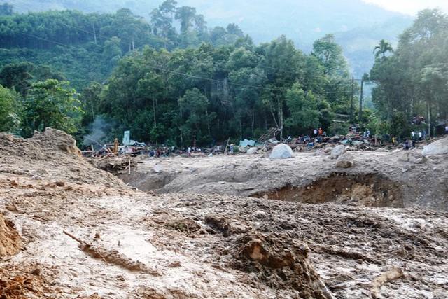 Lại xảy ra sạt lở vùi lấp 14 nhà dân, một ngôi trường ở Quảng Nam - Ảnh 1.