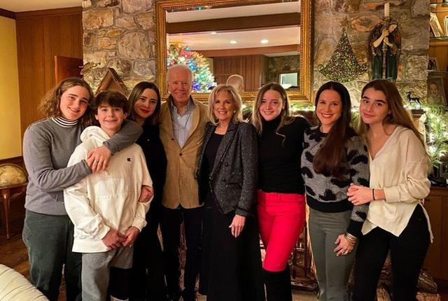 Cháu gái tinh hoa của ông Joe Biden: Vẻ ngoài cuốn hút, học vấn đỉnh cao, được ví như tiểu Ivanka cùng tình bạn kín tiếng với con gái ông Trump - Ảnh 1.