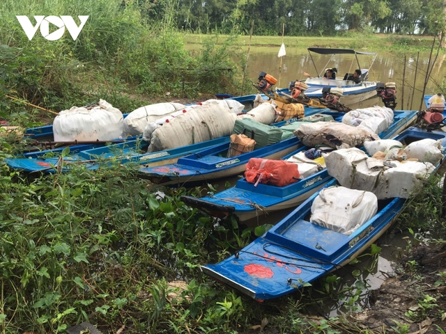 Các đối tượng buôn lậu dùng nhiều thủ đoạn mới vận chuyển hàng lậu ở An Giang  - Ảnh 1.