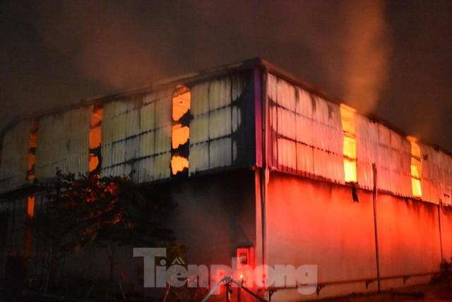 Cháy kho bông rộng trên 2000m2 trong cụm công nghiệp - Ảnh 1.