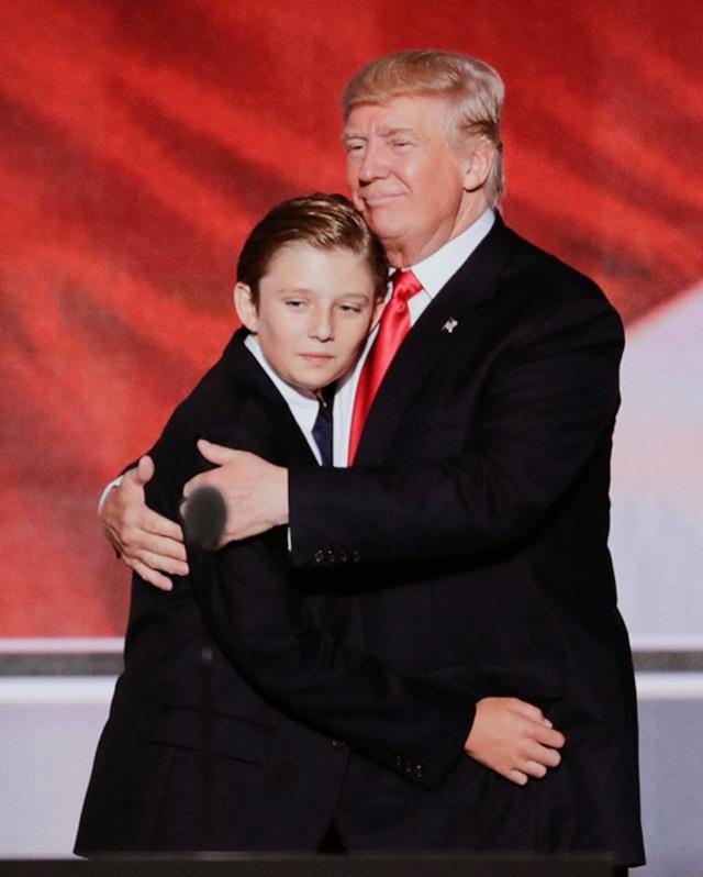 Từ cậu bé đầu tiên chuyển đến sống ở Nhà Trắng, trong 4 năm nhiệm kỳ của bố, Barron Trump đã thu hút sự chú ý của thế giới như thế nào? - Ảnh 2.