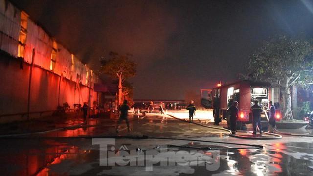Cháy kho bông rộng trên 2000m2 trong cụm công nghiệp - Ảnh 4.