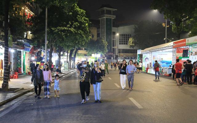 Phạt nhiều người không đeo khẩu trang trên phố đi bộ hồ Gươm  - Ảnh 2.