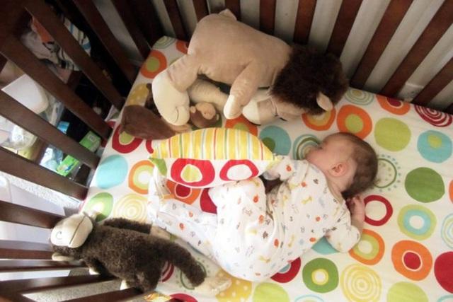 Từ vụ bé 6 tháng tử vong do kẹt vào khe đệm: BS hướng dẫn cách cho trẻ ngủ an toàn - Ảnh 1.