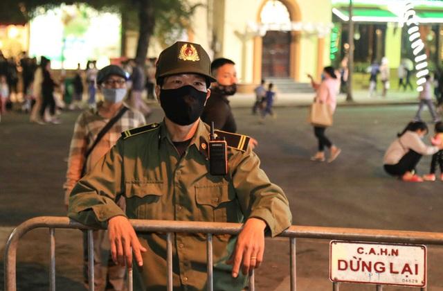 Phạt nhiều người không đeo khẩu trang trên phố đi bộ hồ Gươm  - Ảnh 3.