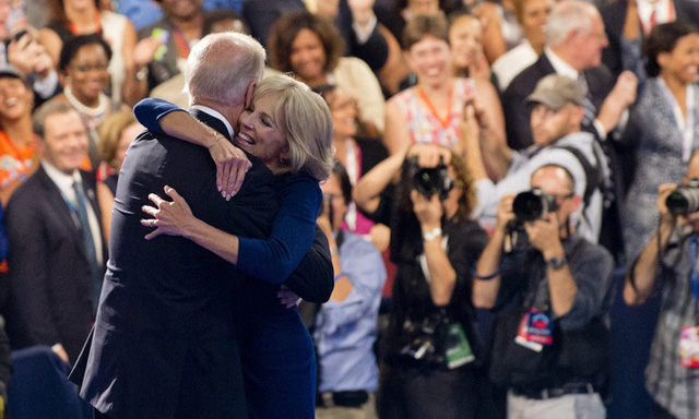 Đệ nhất phu nhân Mỹ Jill Biden: Tiến sĩ giáo dục với sự nghiệp dạy học đáng ngưỡng mộ, thích chơi khăm và từng đến Việt Nam năm 2015 để làm điều này - Ảnh 3.