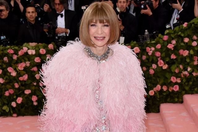 Bà hoàng Vogue: Nữ vương cai trị làng thời trang thế giới với những mật mã thép và bí ẩn phía sau mái tóc kinh điển không đổi hơn 50 năm - Ảnh 2.