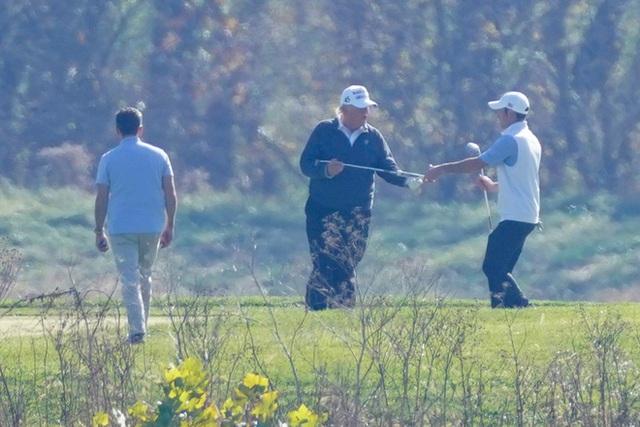 Tổng thống Donald Trump tiếp tục đi chơi golf sau thông tin thất cử - Ảnh 1.