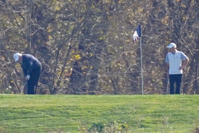 Tổng thống Donald Trump tiếp tục đi chơi golf sau thông tin thất cử - Ảnh 2.
