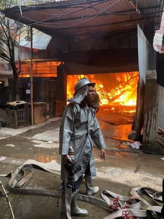 Hà Nội: 10 xưởng gỗ bốc cháy dữ dội - Ảnh 1.
