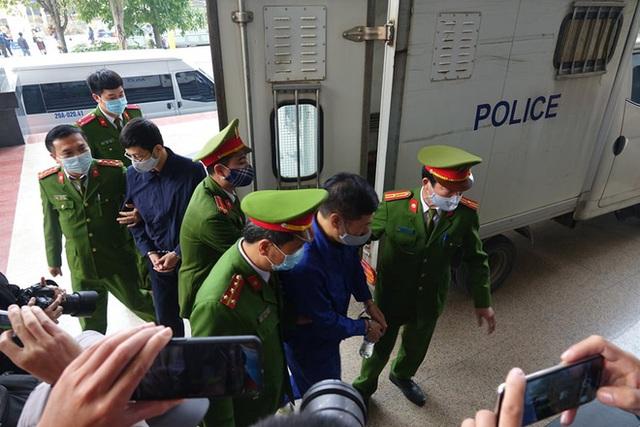 Xử vụ thổi giá máy xét nghiệm Covid-19: Có lời khai chi 15% cho Giám đốc CDC Hà Nội Nguyễn Nhật Cảm - Ảnh 1.