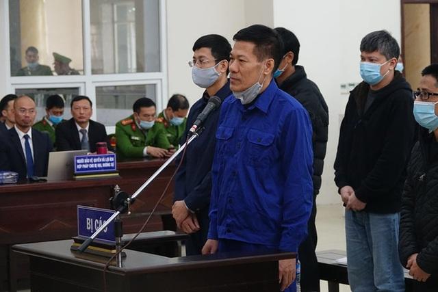 Xử vụ thổi giá máy xét nghiệm Covid-19: Có lời khai chi 15% cho Giám đốc CDC Hà Nội Nguyễn Nhật Cảm - Ảnh 2.