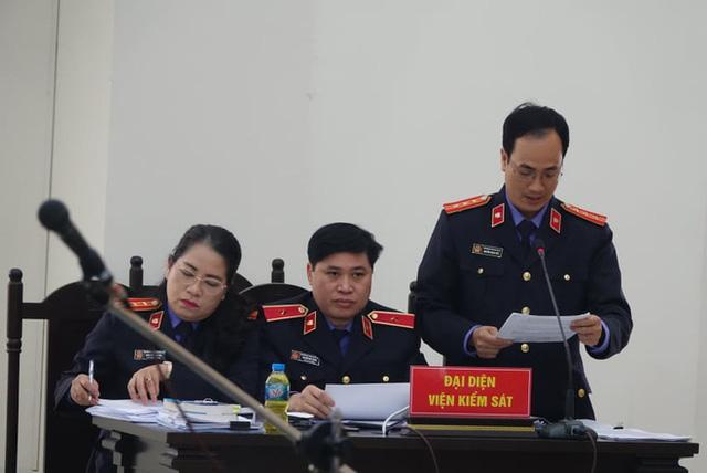 Xử vụ thổi giá máy xét nghiệm Covid-19: Có lời khai chi 15% cho Giám đốc CDC Hà Nội Nguyễn Nhật Cảm - Ảnh 4.