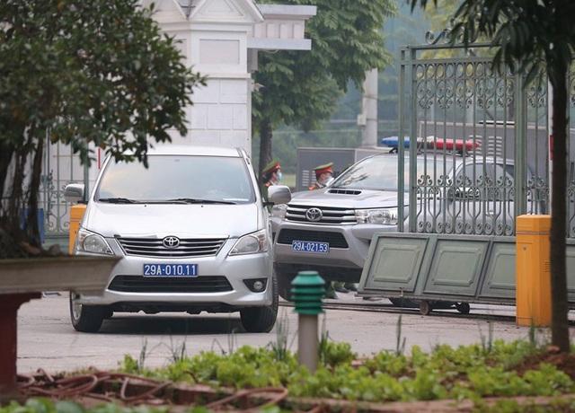 Ghi nhận bên ngoài tòa án xử ông Nguyễn Đức Chung - Ảnh 1.
