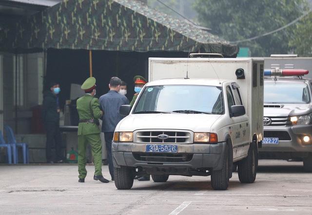 Ghi nhận bên ngoài tòa án xử ông Nguyễn Đức Chung - Ảnh 2.