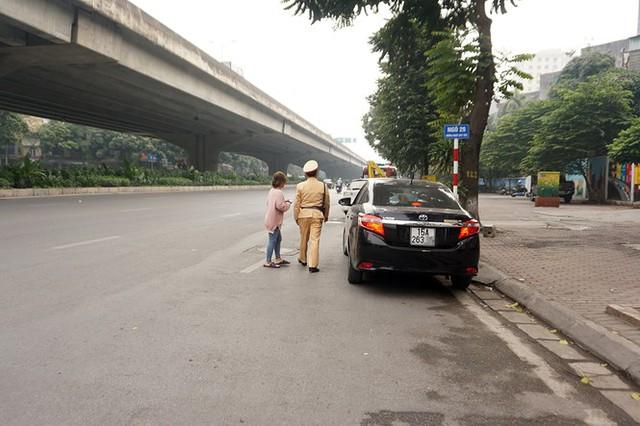 Dán thông báo phạt 'nguội' lên ô tô dừng đỗ sai quy định ở Hà Nội - Ảnh 1.