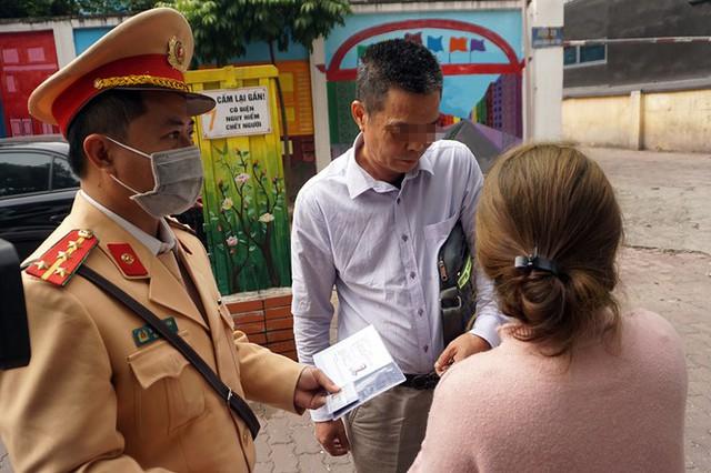 Dán thông báo phạt 'nguội' lên ô tô dừng đỗ sai quy định ở Hà Nội - Ảnh 2.