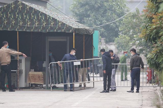 Ghi nhận bên ngoài tòa án xử ông Nguyễn Đức Chung - Ảnh 3.