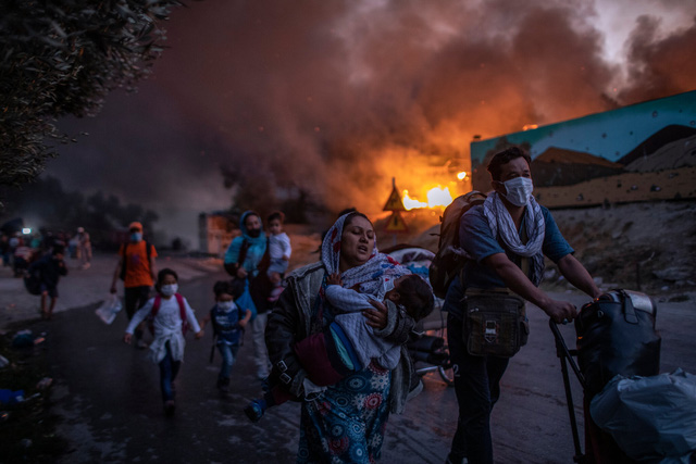 Nhìn lại năm 2020 qua 43 bức ảnh ấn tượng nhất: Một năm đầy biến động, thế giới quay cuồng trong thiên tai dịch bệnh và những mất mát không thể nào quên - Ảnh 39.