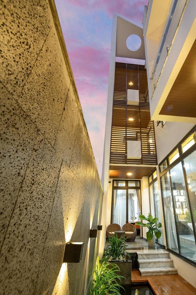 Chuyển về Đà Nẵng sống, chồng mua mảnh đất 180m2 và xây tặng vợ ngôi nhà đẹp như resort - Ảnh 2.