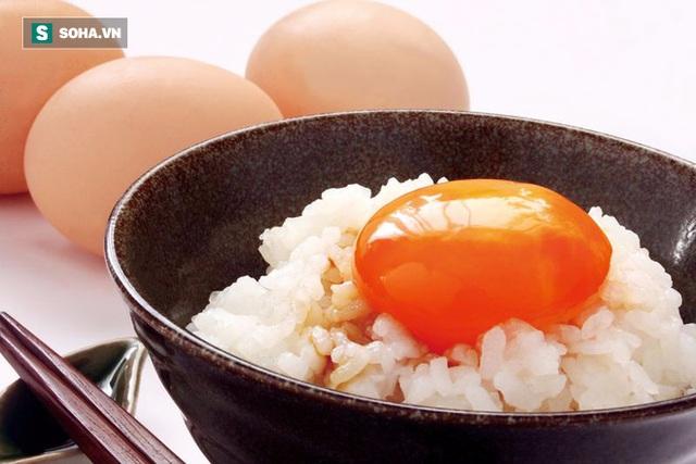 Trứng ăn sống hay ăn chín bổ hơn? Chuyên gia đưa ra con số bất ngờ nếu ăn trứng sống - Ảnh 1.