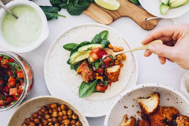 9 quy tắc ăn uống ở vùng đất của những người sống thọ nhất thế giới: 90% họ đều ăn rất nhiều rau, hạn chế thịt và đa dạng nguồn dinh dưỡng - Ảnh 1.