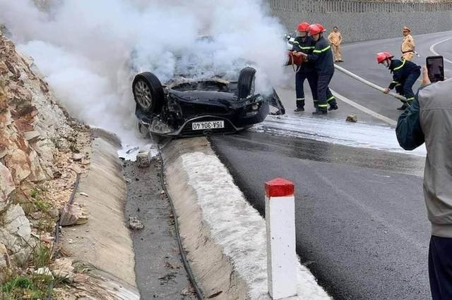 Ô tô đâm vào vách núi rồi bốc cháy, 3 người thương vong - Ảnh 1.