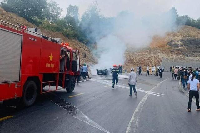 Ô tô đâm vào vách núi rồi bốc cháy, 3 người thương vong - Ảnh 2.