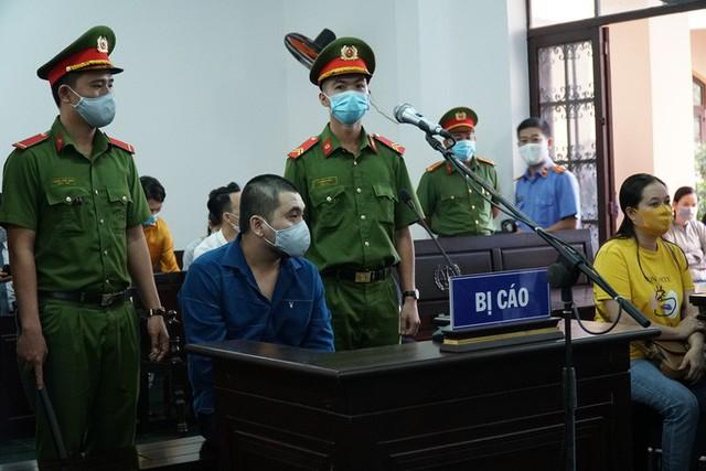 Xét xử vụ xe Mercedes gây tai nạn ở TP HCM: Nữ tiếp viên Vietnam Airlines chống nạng đến tòa!  - Ảnh 2.