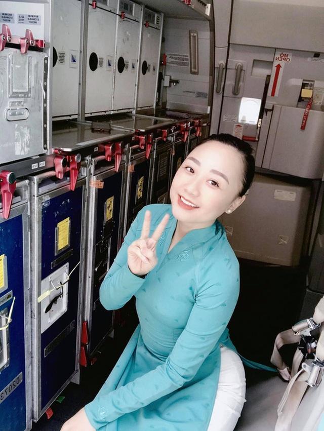 Xét xử vụ xe Mercedes gây tai nạn ở TP HCM: Nữ tiếp viên Vietnam Airlines chống nạng đến tòa!  - Ảnh 3.