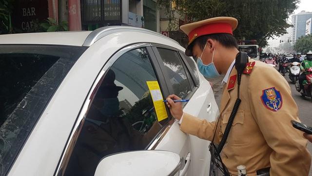 Nhiều tài xế ôtô bất ngờ trong ngày đầu cảnh sát dán thông báo phạt nguội - Ảnh 1.