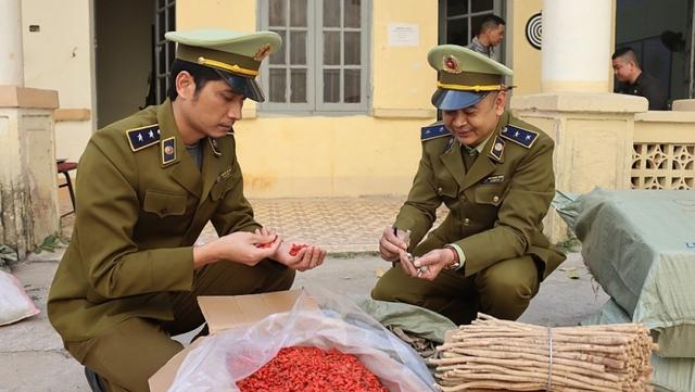 Thu giữ hơn 1 tấn nguyên liệu thuốc bắc nhập lậu - Ảnh 1.