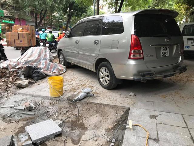 Hà Nội: Vỉa hè chưa lát đá xong, ô tô đã đỗ kín - Ảnh 3.