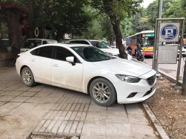 Hà Nội: Vỉa hè chưa lát đá xong, ô tô đã đỗ kín - Ảnh 7.