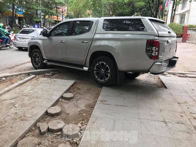 Hà Nội: Vỉa hè chưa lát đá xong, ô tô đã đỗ kín - Ảnh 8.