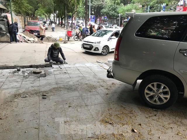 Hà Nội: Vỉa hè chưa lát đá xong, ô tô đã đỗ kín - Ảnh 9.