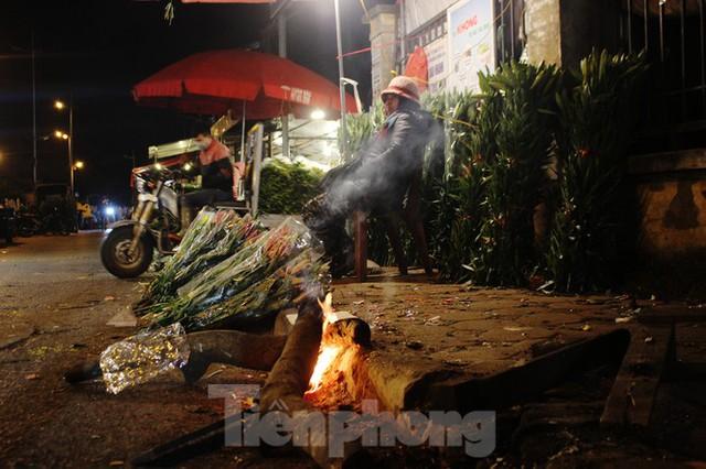 Nhọc nhằn mưu sinh trong giá lạnh ở chợ hoa lớn nhất Thủ đô - Ảnh 2.