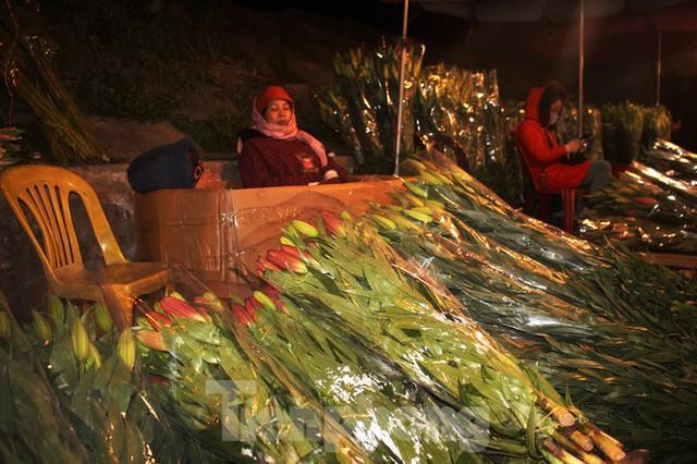 Nhọc nhằn mưu sinh trong giá lạnh ở chợ hoa lớn nhất Thủ đô - Ảnh 12.