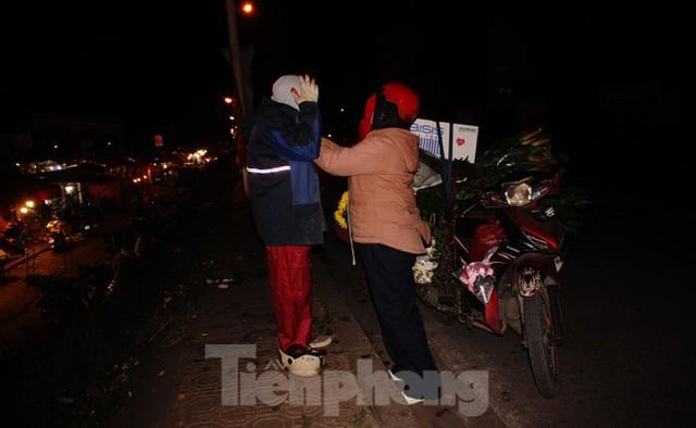 Nhọc nhằn mưu sinh trong giá lạnh ở chợ hoa lớn nhất Thủ đô - Ảnh 16.