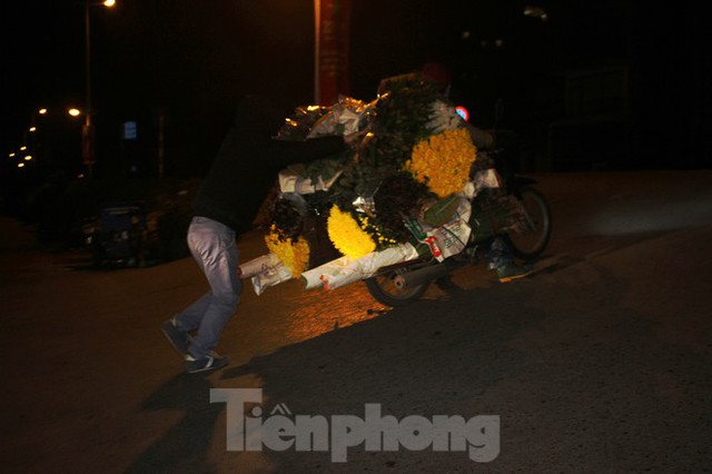 Nhọc nhằn mưu sinh trong giá lạnh ở chợ hoa lớn nhất Thủ đô - Ảnh 17.