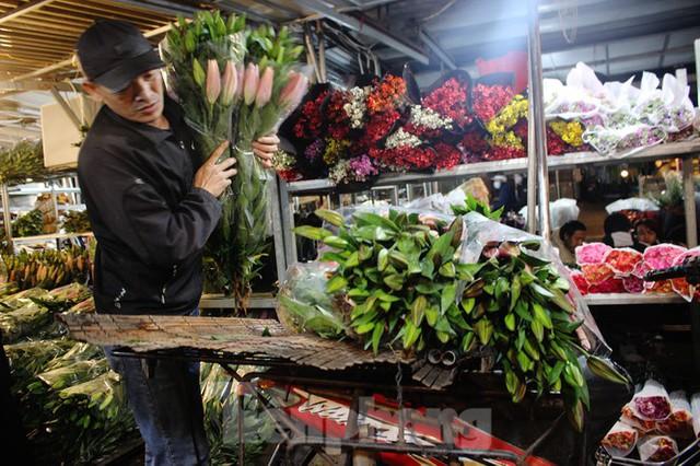 Nhọc nhằn mưu sinh trong giá lạnh ở chợ hoa lớn nhất Thủ đô - Ảnh 4.