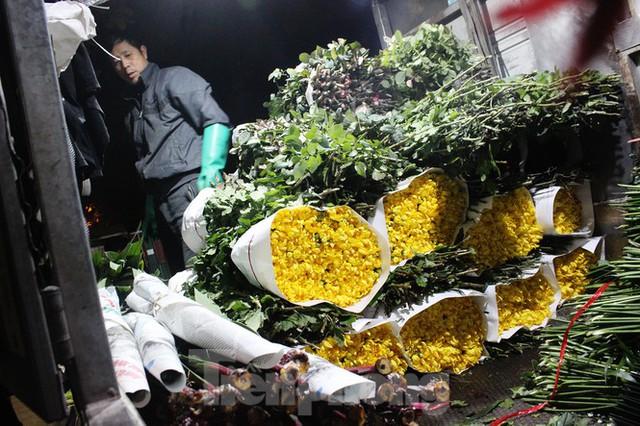 Nhọc nhằn mưu sinh trong giá lạnh ở chợ hoa lớn nhất Thủ đô - Ảnh 5.