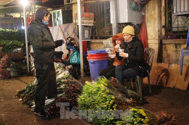 Nhọc nhằn mưu sinh trong giá lạnh ở chợ hoa lớn nhất Thủ đô - Ảnh 7.