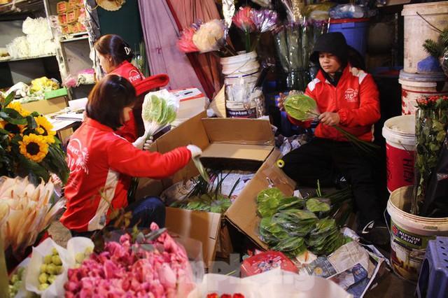 Nhọc nhằn mưu sinh trong giá lạnh ở chợ hoa lớn nhất Thủ đô - Ảnh 9.