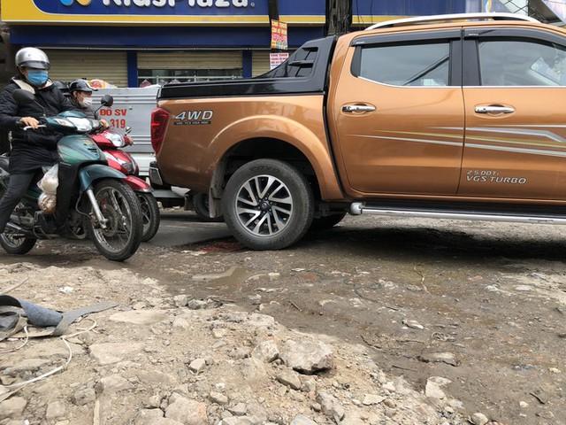 Những tuyến đường chằng chịt 'ổ gà, ổ voi' ở Hà Nội - Ảnh 1.