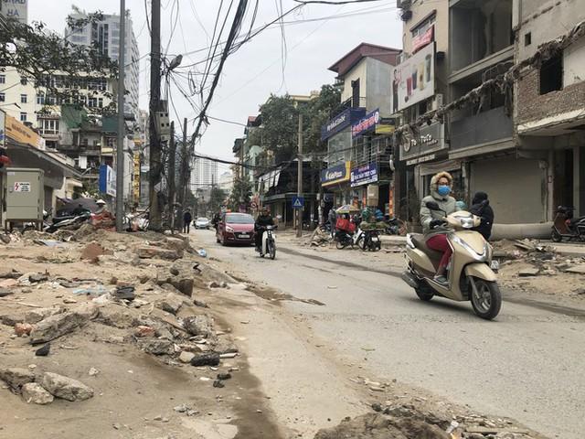 Những tuyến đường chằng chịt 'ổ gà, ổ voi' ở Hà Nội - Ảnh 2.