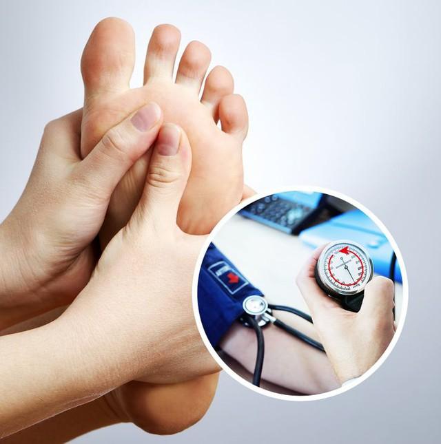 Tự chăm sóc cơ thể bằng cách xoa bóp bàn chân đơn giản để hưởng đủ lợi ích cho sức khỏe: Giảm đau cột sống, điều hòa huyết áp và đặc biệt giúp ngủ ngon - Ảnh 1.